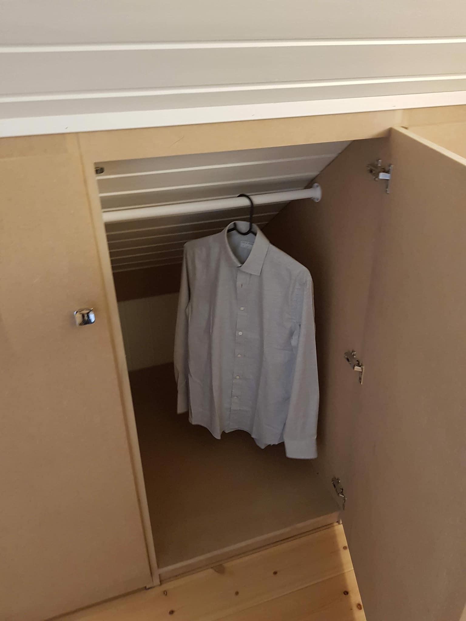 Plassbygget garderobeskap